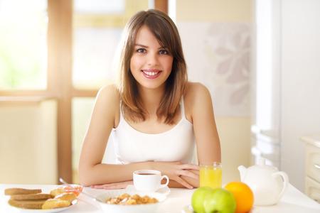 colazione: Prima colazione sana. Donna di mangiare la prima colazione