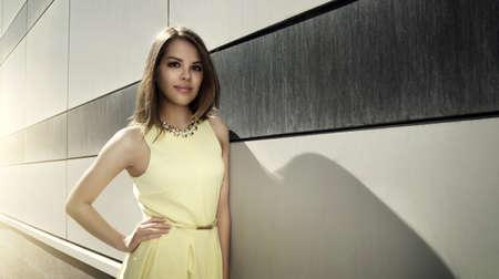 estilo urbano: Atractiva chica en un vestido amarillo. Estilo urbano