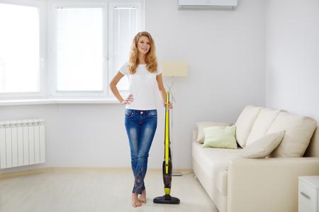 personal de limpieza: Muchacha con el aspirador sin cable
