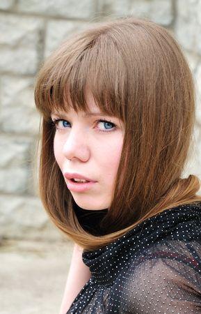 Ni�a de ojos azules con pelo largo justo sobre su cuello Foto de archivo - 4863184