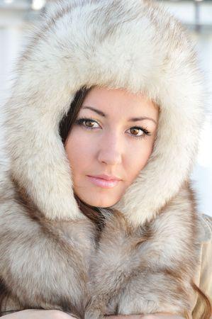 hazel eyes:  Repletos en Furs - Morena Linda con ojos de avellano lleva gorra de piel de invierno Foto de archivo