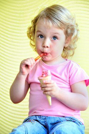 Bambina mangiare all'aperto enorme cono gelato Archivio Fotografico - 5036789