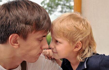 problemas familiares: Est�n discutiendo los problemas familiares, hijo y padre