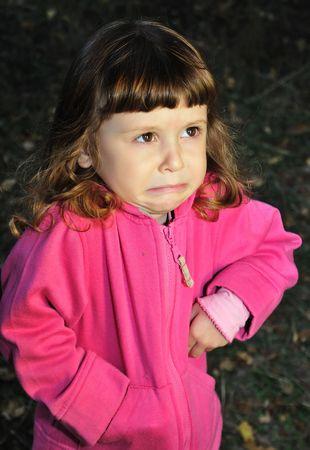 fantasque:  petite fille avec expression capricieux sur son visage.  Banque d'images