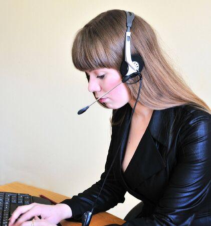 hands free: operador de ni�a escribiendo un mensaje, ella weariing manos libres