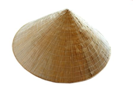chapeau de paille:  Chapeau conique asiatique isol�e sur un fond blanc.