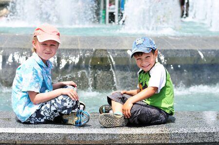 waterleiding: twee kleine jongens spelen in de buurt van waterleiding;