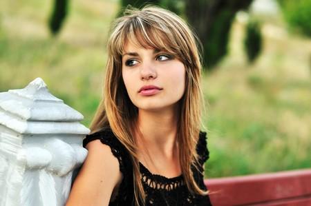 beautifu: Beautifu tannedl girl sitting on the bench