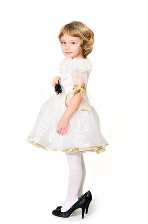 Bambina indossare come una principessa, ma con le scarpe della madre  Archivio Fotografico - 8599844
