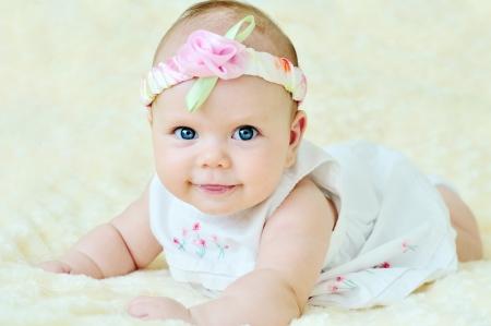 battesimo: bambina adorabile che indossa abito bianco