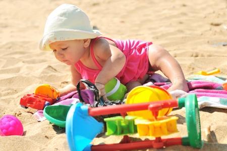 enfant maillot: petite fille jouant sur la plage Banque d'images