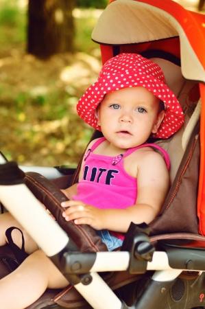 poussette: fille mignonne de b�b� dans la poussette Banque d'images