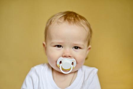Bambino felice con il ciuccio in fuoco morbido Archivio Fotografico - 28790946