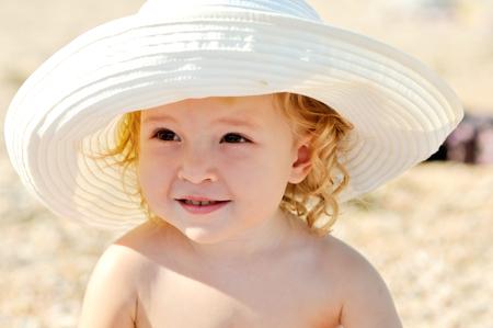 suntanning: summer toddler girl wearing big hat