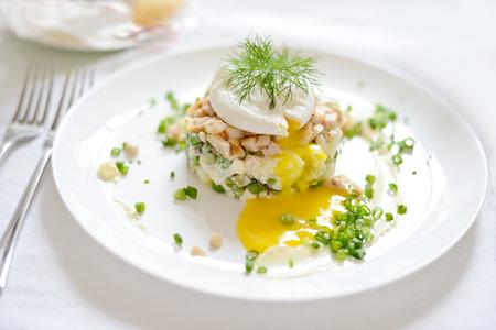huzarensalade: Russische salade op de witte plaat Stockfoto