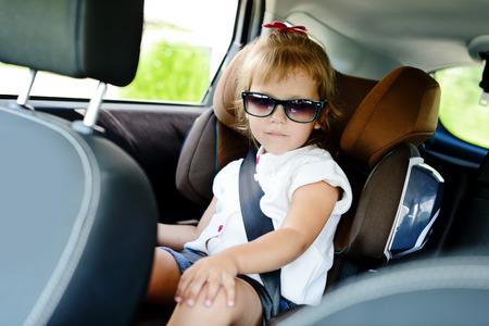 asiento coche: linda chica en silla de auto