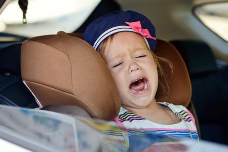 enfant banc: bambin fille qui pleure dans la voiture