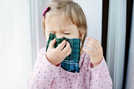 bebe enfermo: ni�a ni�o enfermo con el pa�uelo en la casa