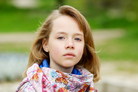 retrato de una chica rubia al aire libre en primavera