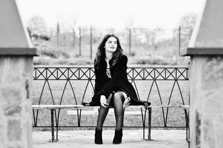 mujer sola: hermosa muchacha adolescente sentado en el banco Foto de archivo