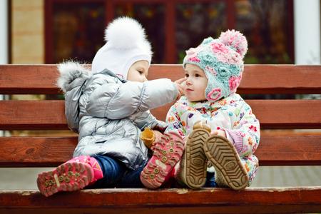 nariz: dos amigos de bebé que se sientan en el banquillo