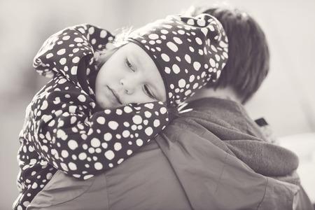 padre e hija: una peque�a hija en el hombro padre