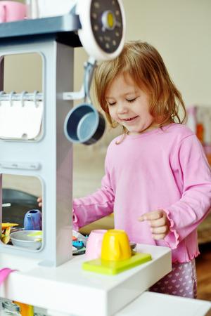 Kleinkind Mädchen spielen mit Küche zu Hause Standard-Bild - 47706970