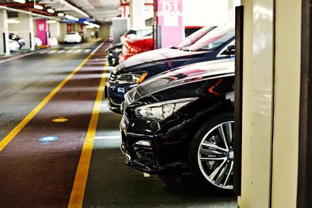 zona de aparcamiento subterráneo, lleno de los coches Foto de archivo