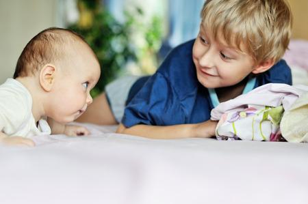 hermano y hermana bebé en la cama, se centran en bebé photo