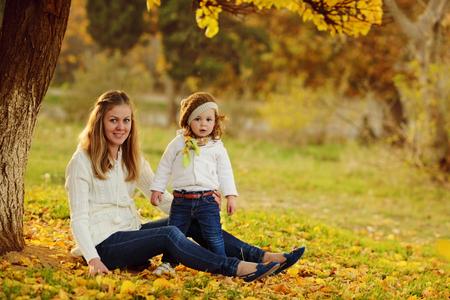 madre e hija en el parque de otoño Foto de archivo