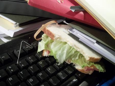 더러운 키보드에 파일 아래 묻혀 회사원의 샌드위치. 스톡 콘텐츠