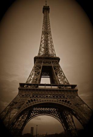 exhibition crowd: Torre Eiffel in seppia
