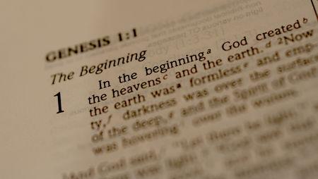 Bible ouverte à la livre de la Genèse