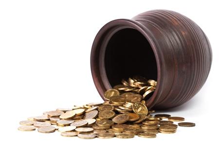 Gold coin: Đồng tiền vàng rơi ra từ nồi trên nền trắng
