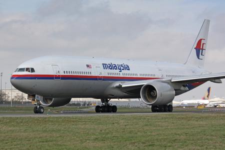 operates: PARIS - 29 marzo: Malaysia Airline Boeing 777 taxi a decollare il 29 marzo 2010 a Parigi, Francia. Malaysia Airlines (MAS) opera voli dalla sua base di origine, Kuala Lumpur International Airport.