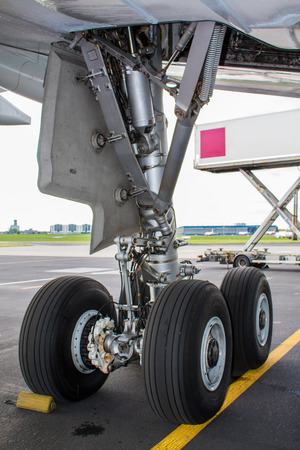 Landing gear with wheels and brakes of huge plane Standard-Bild