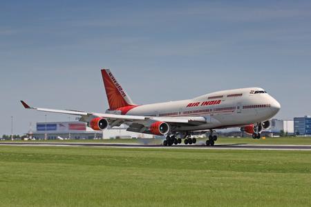 boeing 747: PRAGA - 6 giugno: un Boeing 747 Air India atterraggio su 6 giugno 2010 a Praga. Air India è la compagnia aerea di bandiera dell'India con 101 aerei in funzione.
