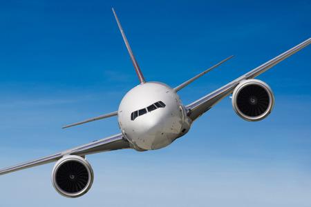Weiß Flugzeug von vorne fliegen in der Luft Standard-Bild - 29118999