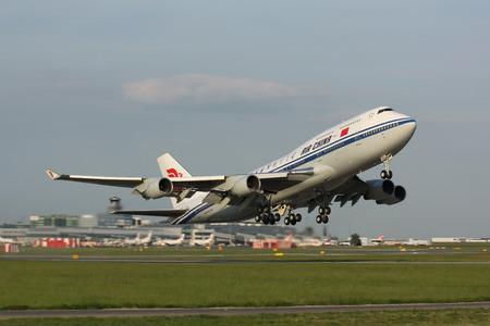 747 400: PRAGA - 20 maggio: B747 Air China decolla PRG a Praga, Repubblica Ceca il 20 maggio, 2009 .Aria la Cina è la compagnia di bandiera ed una delle principali compagnie aeree della Repubblica popolare cinese.