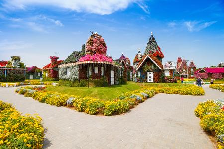 DUBAI, UAE - 28. MÄRZ: Häuser im Dubai-Wunder-Garten in den UAE am 28. März 2015 Es hat über 45 Million Blumen. Standard-Bild - 38952548