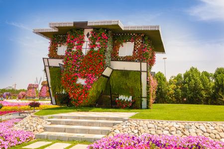 DUBAI, UAE - 28. März: Haus auf dem Kopf in Dubai Miracle Garten in den Vereinigten Arabischen Emiraten am 28. März 2015. Es verfügt über 45 Millionen Blumen. Standard-Bild - 38952553