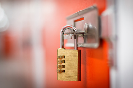 Candado de oro con el código para el almacenamiento seguro Foto de archivo