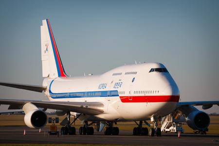 747 400: PRAGA, Repubblica Ceca - 4 dicembre: Boeing 747-400 della Corea del Sud Air Force in piedi sul grembiule durante la visita del presidente Pak Kun-HJE il 4 dicembre 2015 a Praga.