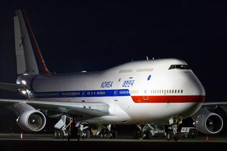 747 400: PRAGA, Repubblica Ceca - 3 dicembre: Boeing 747-400 della Corea del Sud Air Force in piedi sul grembiule durante la visita del presidente Pak Kun-HJE il 3 dicembre 2015 a Praga.