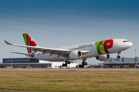 PRAGUE, CZECH REPUBLIC - MARCH 31: Airbus A330 of TAP Portugal land to PRG Airport in Prague on March 31, 2017.TAP Portugal is the flag carrier airline of Portugal 新聞圖片