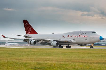 747 400: PRAGA - 20 luglio: Air Cargo Global Boeing 747-400 terrà in giornata piovosa al PRG il 20 luglio 2017. Air Cargo Global è società di carico da Slovacchia
