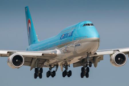 boeing 747: PRAGA, REPUBBLICA CECEA - 29 LUGLIO: Boeing 747-8i della terra dell'Aeronautica coreana all'aeroporto PRG di Praga il 29 luglio 2017. La livrea superiore blu è stata introdotta nel 1984. Le compagnie aeree sono portabandiera della Corea del Sud Editoriali