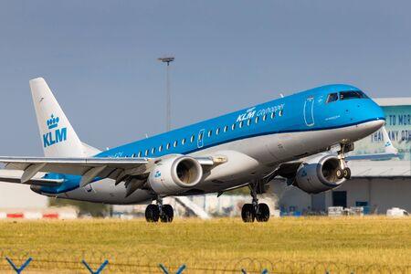 PRAAG, TSJECHISCHE REPUBLIEK - JULI 21: Embraer ERJ-195 van KLM Cityhopper landt op 21 juli 2019 op PRG Airport in Praag. KLM is de nationale luchtvaartmaatschappij van Nederland.