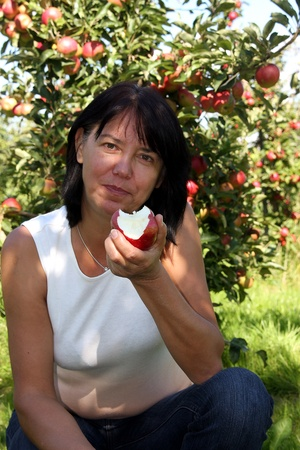 lebensfreude: Frau isst Apfel