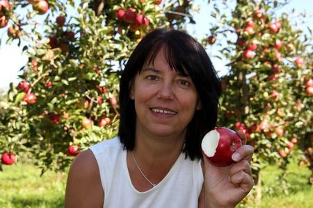 joie: Frau isst Apfel